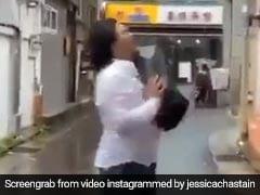 पत्नी ने पति को धक्का मार किया घर से बाहर, सामान भी फेंका सड़क पर, फिर जो हुआ पड़ोसी भी लगे देखने- VIDEO