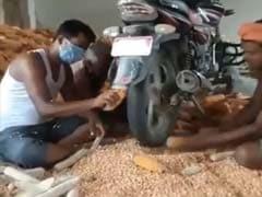 बाइक से मक्का के दाने अलग करने वाले अनोखे तरीके को आनंद महिंद्रा ने सराहा