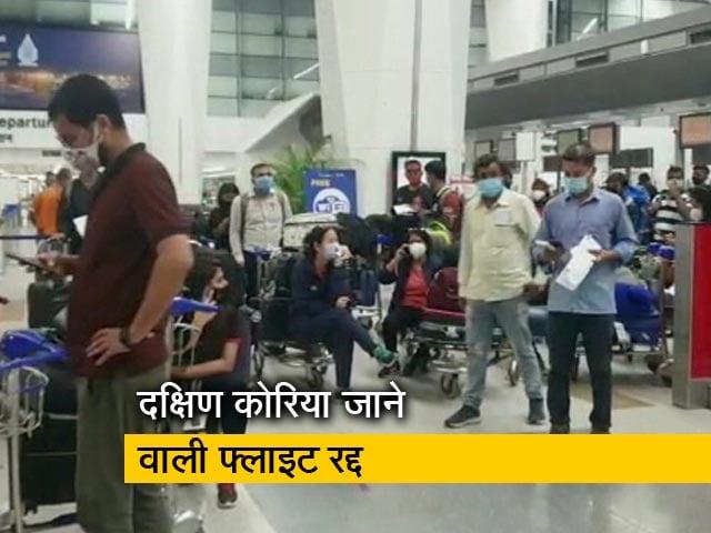 Videos : दिल्ली के इंदिरा गांधी एयरपोर्ट पर 100 यात्री फंसे