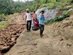 महिला और उसके नवजात बच्चे को टोकरी में बिठाकर तय किया 6 किलोमीटर का सफर, देखें VIDEO