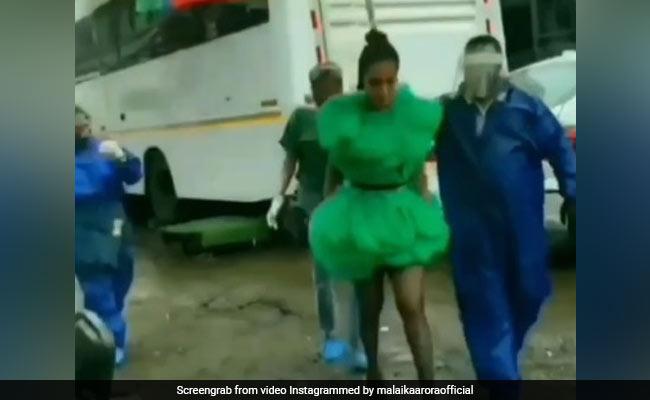 Malaika Arora झमाझम बारिश में शो के लिए यूं सज-धजकर निकलीं, वायरल हुआ Video