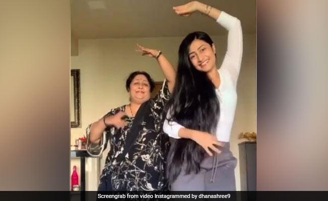 क्रिकेटर युजवेंद्र चहल की मंगेतर धनाश्री ही नहीं उनकी मम्मी भी हैं कमाल की डांसर, 'गेंदा फूल' पर देखें मां-बेटी का डांस Video
