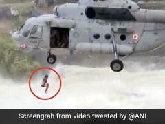 पानी के तेज बहाव में फंस गया शख्स, पेड़ पर लटका तो IAF चॉपर ने ऐसे बचाई जान... देखें Video