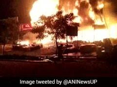 ग्रेटर नोएडा में दुकानों में लगी भीषण आग, मौके पर पहुंची दमकल की गाड़ियां