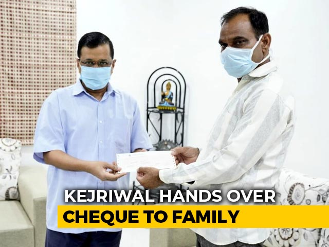 Video : Arvind Kejriwal Gives Rs 1 Crore To Family Of Doctor Who Died Of COVID
