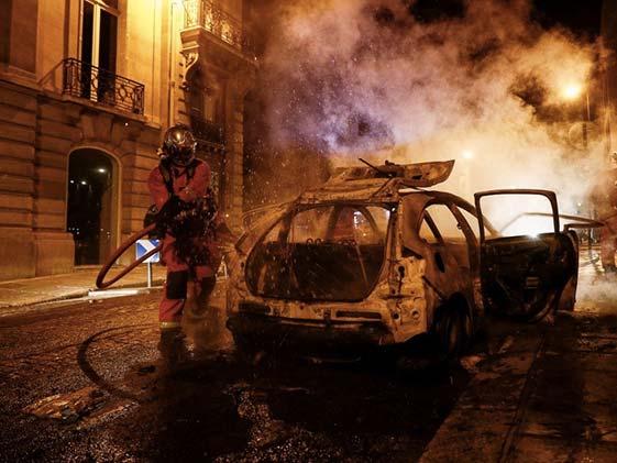 चैम्पियंस लीग के फाइनल में हार के बाद पीएसजी फैंस और पुलिस के बीच झड़प, कई कारों में लगाई आग Video