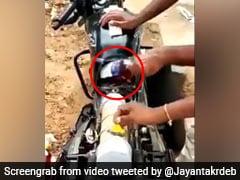 पुलिस से छिपकर बाइक में शराब ले जा रहा था तस्कर, टंकी से ऐसे निकालीं 20 बोतलें... देखें Viral Video