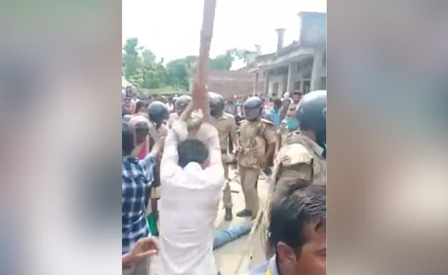 शिक्षक की हत्या के आरोपी को भीड़ ने पुलिस के सामने पीट-पीट कर मार डाला
