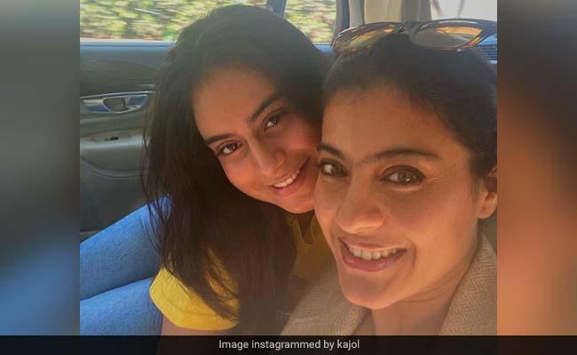काजोल ने अपनी बेटी के रूप में बेटी निसा के साथ सिंगापुर की उड़ान भरी;  अजय देवगन और युग स्टिल इन मुंबई: रिपोर्ट