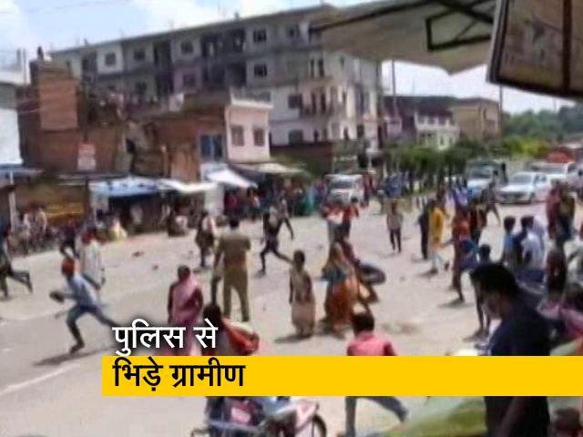 Videos : यूपी के बलिया में पुलिस से भिड़ी पब्लिक, हिरासत में टॉर्चर का आरोप