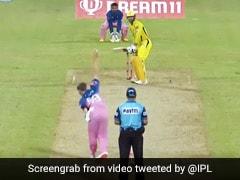 IPL 2020: एमएस धोनी ने जड़ा ऐसा तूफानी छक्का, स्टेडियम पार गई गेंद, तो बॉल चुराकर भागा शख्स - देखें Video