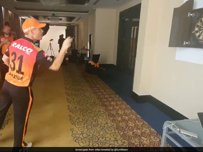 IPL 2020, SRH vs RCB: David Warner, Kane Williamson Sharpen Skills With Darts Session Ahead Of Their First Game. Watch