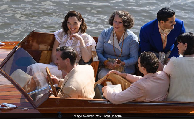 """Photo of Richa Chadha Wants You To """"Spot Her Fiance"""" Ali Fazal In This Pic Of Death On The Nile Stars"""