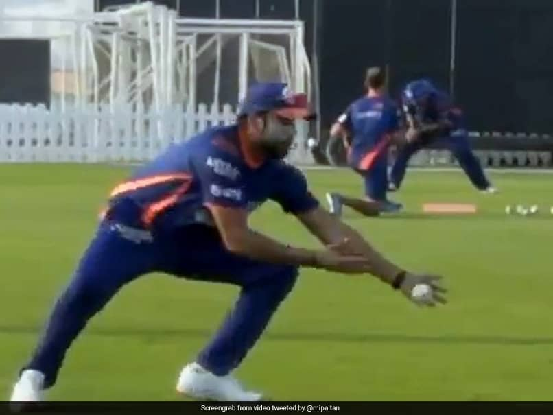 IPL 2020: Mumbai Indians Skipper Rohit Sharma Wows Fans With One-Handed Catch During Training Session. Watch