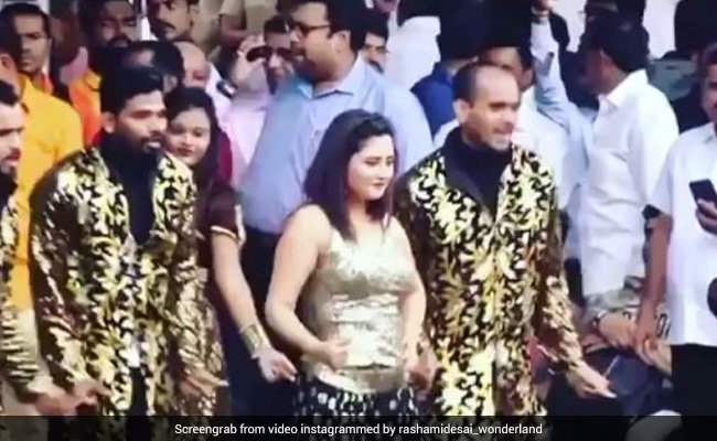 Rashami Desai ने भीड़ के बीच माधुरी दीक्षित के गाने पर यूं झूमकर किया डांस, खूब Viral हो रहा है Video