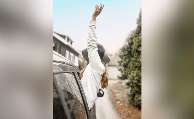 चलती कार में Video बनाने के लिए खिड़की के बाहर लटकी लड़की, संतुलन बिगड़ा और फिर...