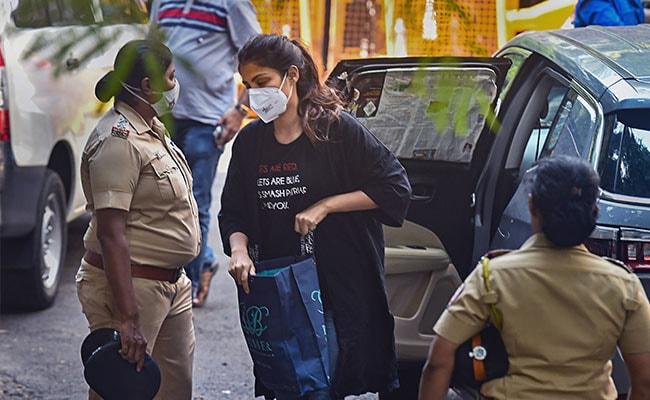 Sonam Kapoor, Farhan Akhtar Share Rhea Chakraborty's T-Shirt Message