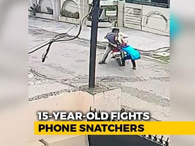 Video : 15-Year-Old Injured Teen Pulls Mobile Snatcher Off Bike In Punjab