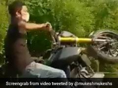 VIDEO: दिल्ली की सड़कों पर खुलेआम स्टंट करते कैमरे में कैद हुए बाइकर्स, हरकत में आई पुलिस