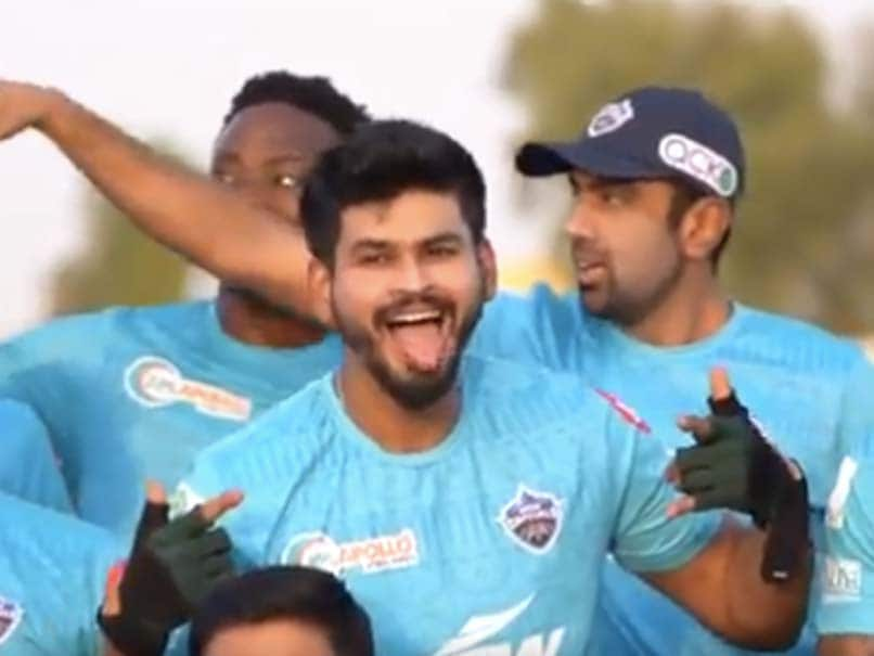 """""""Last Benchers"""": Delhi Capitals Team Photo Spoiled By The Players"""