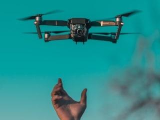 यूपी के गांवों में ड्रोन से फिल्में बनाए जाने से लोग हैरान! यह चल रही है कवायद