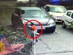 सड़क किनारे खेल रहे बच्चे पर ड्राइवर ने चढ़ाई कार, फिर भी सही सलामत - CCTV फुटेज आया सामने