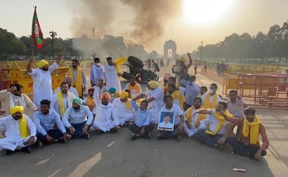 किसान बिल के विरोध में इंडिया गेट पर ट्रैक्टर को लगाई गई आग