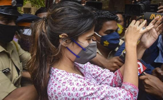 रिया चक्रवर्ती को मीडियाकर्मियों ने घेरा तो गौहर खान का फूटा गुस्सा, बोलीं-जाहिल बिल्कुल जाहिल...