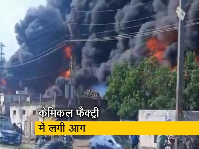 Videos : आगरा की केमिकल फैक्ट्री में आग, बुझाने की कोशिशें जारी