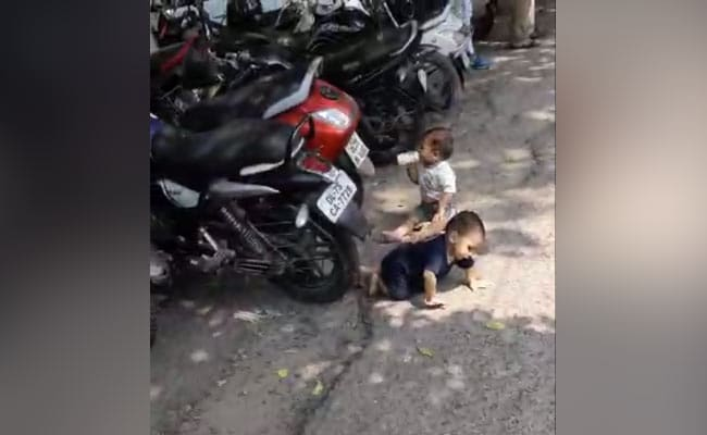 3 महीने से सैलरी नहीं मिलने पर 2 मासूम बच्चों को सड़क पर छोड़कर भागा पिता,पुलिस ने बच्चों को पहुंचाया घर