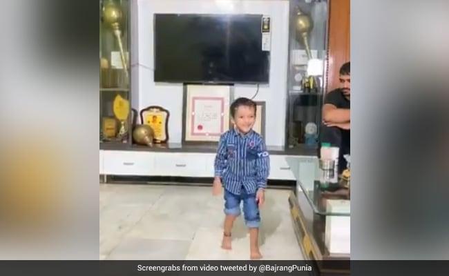 जीन्स पहनकर धड़ल्ले से Push-ups कर रहा छोटा-सा बच्चा, देखें Viral Video