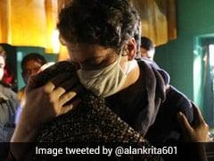 हाथरस गैंगरेप पीड़ित परिवार को प्रियंका गांधी ने लगाया गले, तो फिल्ममेकर बोलीं- आपने मेरा दिल जीत...
