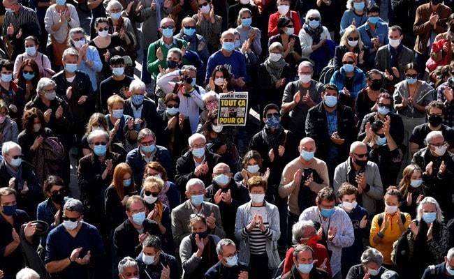'आम्ही घाबरत नाही': शिक्षिकेच्या शिरच्छेदानंतर फ्रान्सने निषेध केला