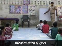 ऑनलाइन क्लास से वंचित गरीब बच्चों को पढ़ा रहा दिल्ली पुलिस का ये कॉन्स्टेबल