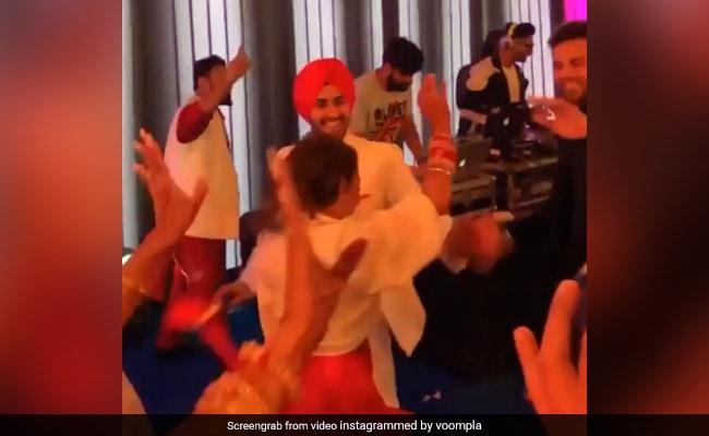 Neha Kakkar ने शादी में पति संग 'प्यार तेनु करदे गबरू' पर यूं किया डांस, बार-बार देखा जा रहा Video