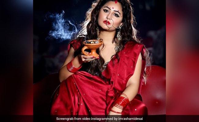 Rashami Desai ने रेड साड़ी और मांग में सिंदूर लगाकर बंगाली लुक में कराया Photoshoot, Viral हुआ Video