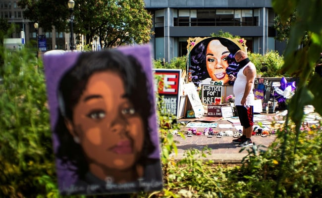 US Cops Say They Banged On Breonna Taylor's Door For 30 To 90 Seconds