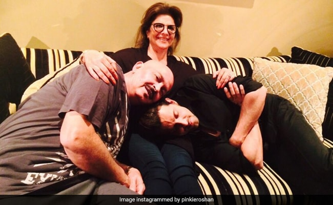 Photo of Hrithik Roshan's Mother Pinkie, 67 Today, Tests COVID-19 Positive