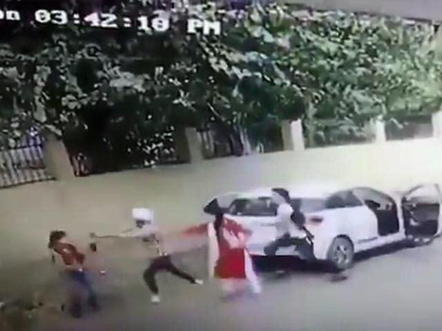 Videos : हरियाणा : छात्रा को जबरन कार में बैठा रहा था युवक, विरोध करने पर किया मर्डर