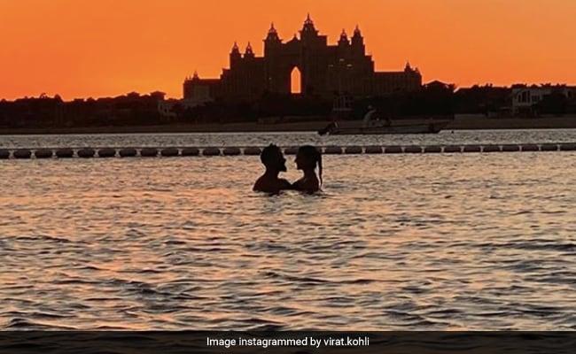 अनुष्का शर्मा आणि विराट कोहली पूलमध्ये एक जादुई सनसेटचा आनंद लुटत आहेत.  अनुमान करा की कुणी चित्र क्लिक केले