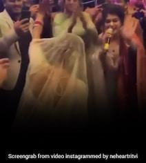नेहा कक्कड़ ने पल्लू पकड़कर पंजाबी गाने पर यूं झूमकर किया डांस, रिसेप्शन का Video मचा रहा है धूम