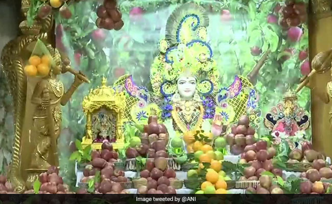 3,000 Kg Apples Displayed At Ahmedabad Temple, Meant For Covid Patients