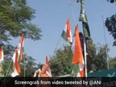 भाजपा कार्यकर्ताओं ने पीडीपी के जम्मू कार्यालय पर तिरंगा फहराया, महबूबा मुफ्ती के बयान का विरोध