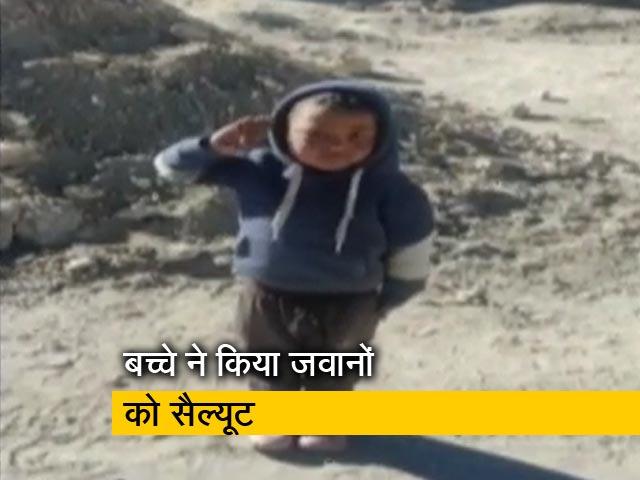 Videos : आईटीबीपी जवानों को बच्चे ने किया सैल्यूट, वीडियो हुआ वायरल