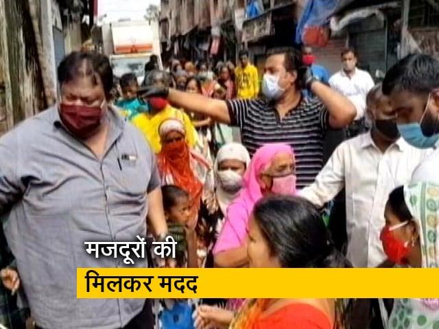 Videos : धारावी में खाना और राशन बांट रहे हैं कई लोग
