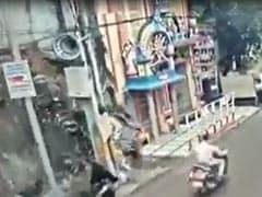 हैदराबाद में अचानक गिरी इमारत लेकिन बाल-बाल बच गई महिला, देखिए VIDEO