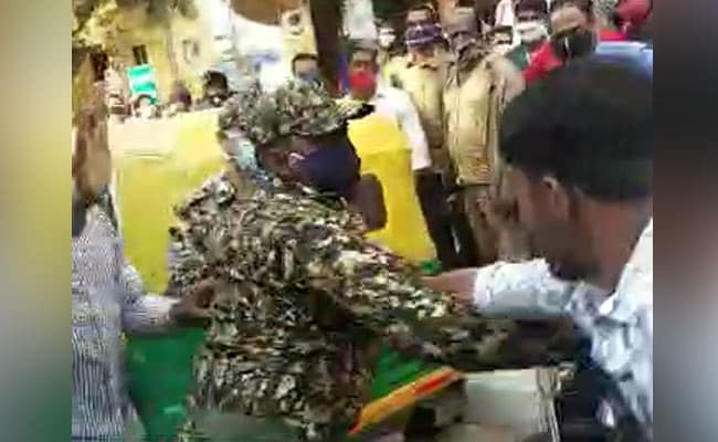 मास्क न पहनने को लेकर मार्शलों और दो आदमियों के बीच जमकर हाथापाई