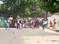 हाथरस कांड : आगरा में प्रदर्शनकारियों ने पुलिस पर किया पथराव, फोर्स तैनात