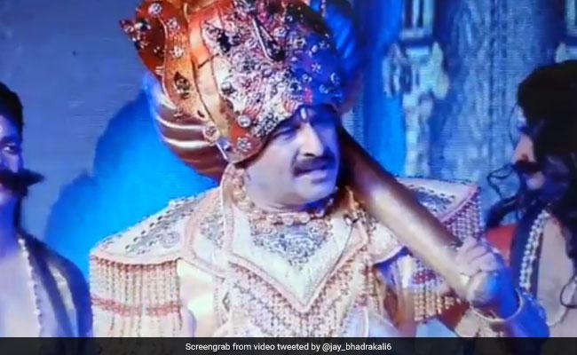 रामलीला में अंगद बने मनोज तिवारी ने 'रावण' से कहा- 'एक सेकेंड-एक सेकेंड', लोगों ने किया ट्रोल...देखें Video