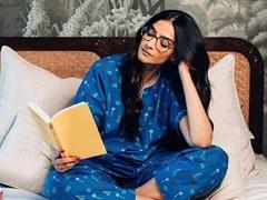 सोनम कूपर ने ब्लू कलर की नाइट ड्रेस में किताब पढ़ते हुए शेयर की तस्वीर